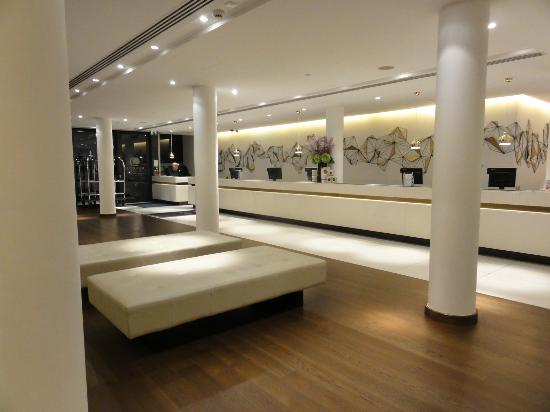 Doubletree by Hilton London - Westminster: Lobby view, try the cookies!