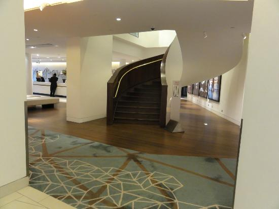 Doubletree by Hilton London - Westminster: Stairs leading to the lounge
