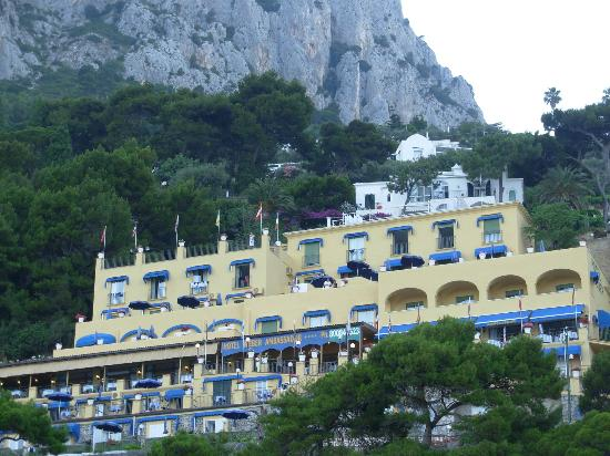 Hotel Weber Ambassador Capri: The hotel from the water