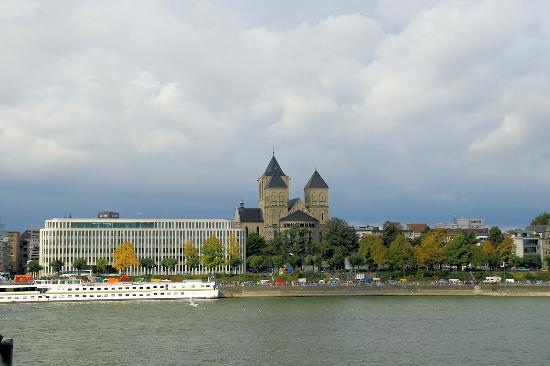 Basilika St. Kunibert: von der anderen Rheinseite aus gesehen