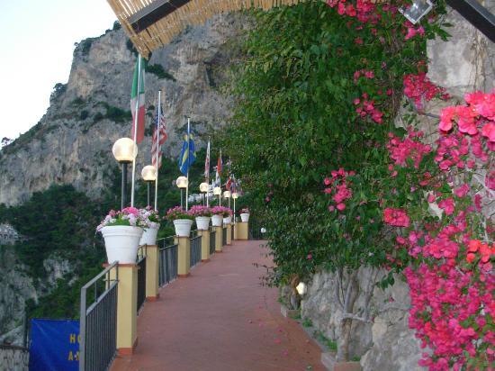 Hotel Weber Ambassador Capri: Entrance to the hotel
