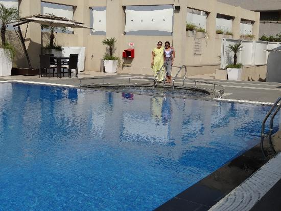 Hilton Garden Inn New Delhi / Saket: rooftop pool/jacuzzi