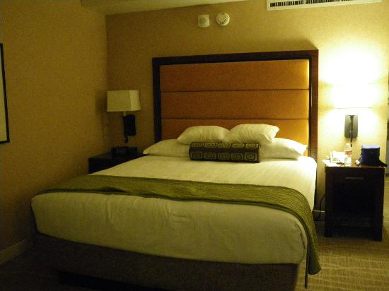 Hyatt Regency Phoenix: comfy king bed