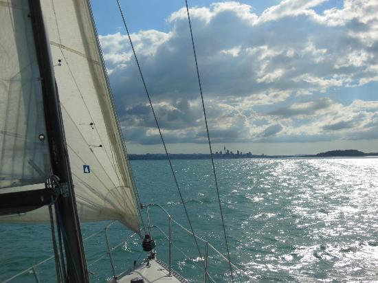Nautical Nook Bed and Breakfast : Sailing towards Auckland