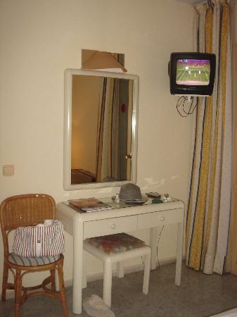 Marbella Inn: escritorio y tele de la habitacion