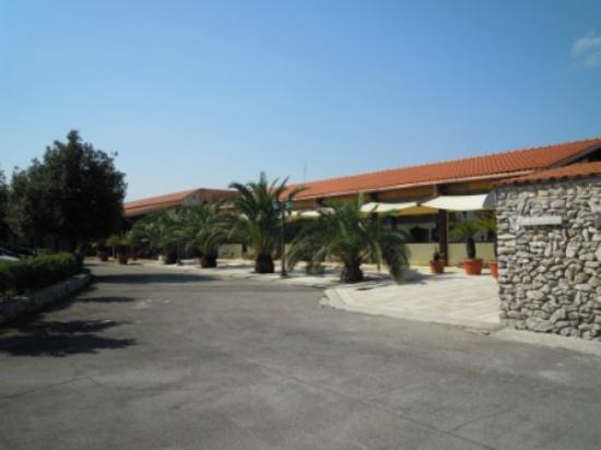 Corallo Eco Wellness Hotel: piazzale con camere