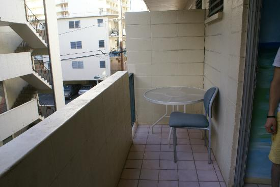 Waikiki Beachside Hostel: Private room, which has a balcony