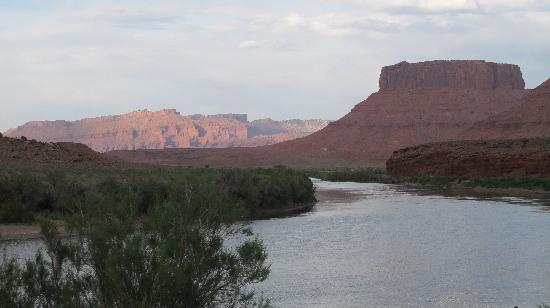 Red Cliffs Lodge: View up the Colorado River from resort