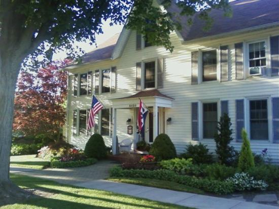 Silver Waters Bed and Breakfast: The front of Silver Waters B&B