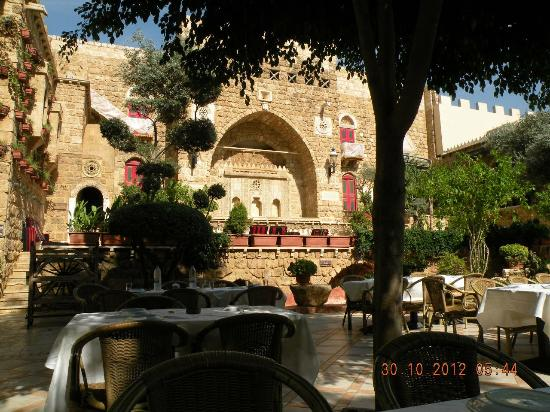 Assaha Hotel: The courtyard restaurant.