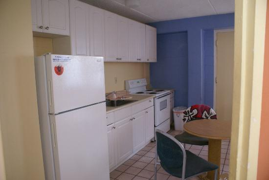 Waikiki Beachside Hostel: Kitchen