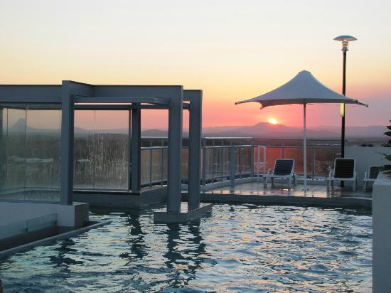 Pumicestone Blue Resort: Sunset from the rooftop pool/bbq area