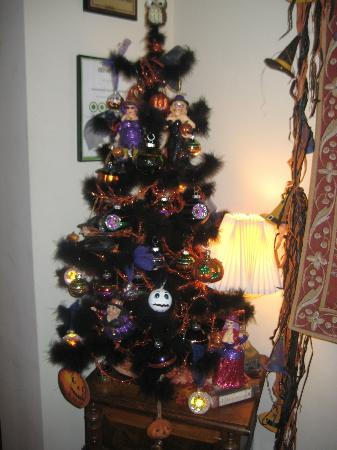 Scarborough Fair Bed & Breakfast: halloween tree!