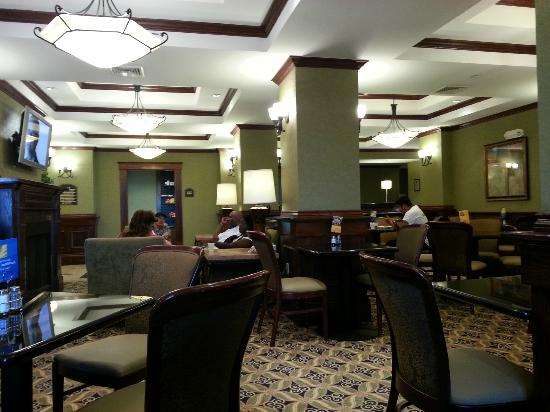 Holiday Inn Express Shawnee I-40: Breakfast area. Surprisingly well appointed!