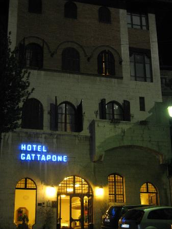 Hotel Gattapone: Hotel entrance at night