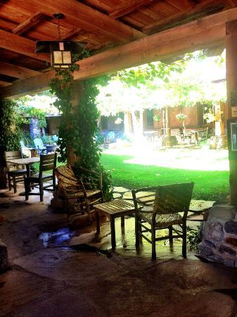 El Portal Sedona Hotel: hotel courtyard
