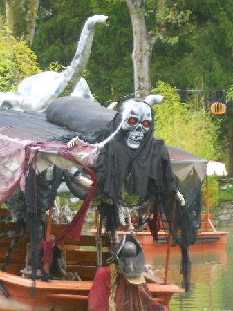 Nigloland : Petit tout en barque décor d'Hallowen