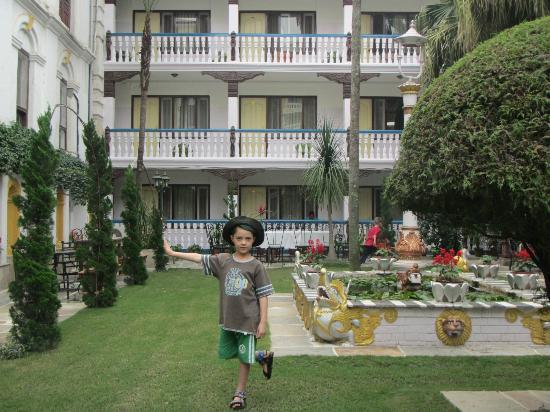 Kathmandu Guest House: kids playing