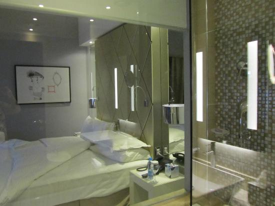 Grand Millennium Hotel Amman : Bathroom with a view of the bedroom