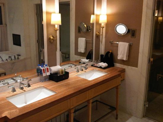 The Astor Hotel, A Luxury Collection Hotel: Spacious bathroom