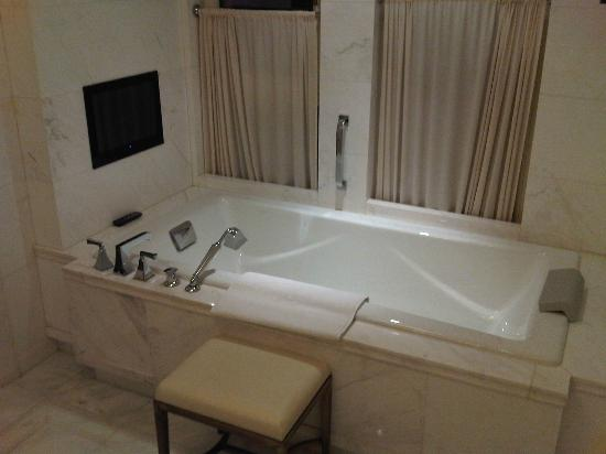 The Astor Hotel, A Luxury Collection Hotel: Bath with TV