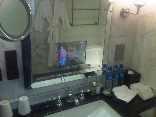 เดอะเซนท์รีจีส ปักกิ่ง: Bathroom TV in Screen