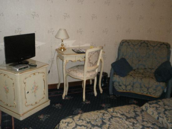 Hotel Montecarlo: Desk/Chair bed