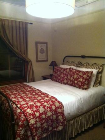 Sonoma Hotel: A charming and comfortable bedroom.