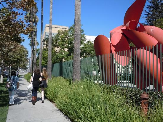 Los Angeles County Museum of Art: 美術館は広大な敷地内に建てられている。周辺のアート作品を見て歩くのは疲れるが、楽しい。