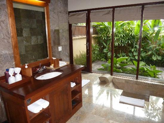 Komaneka at Monkey Forest: bathroom and private garden outside