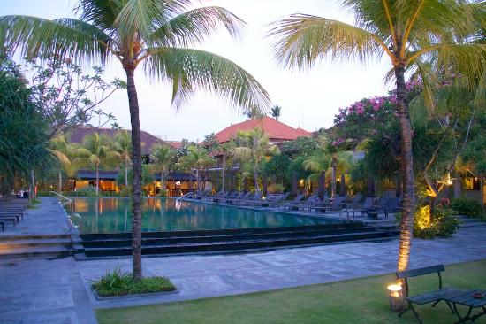 Hotel Santika Premiere Beach Resort Bali: Pool at sunset