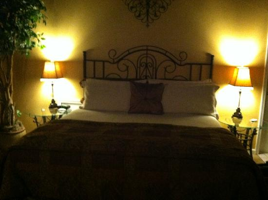 Castle in the Country Bed & Breakfast Inn: King Bed