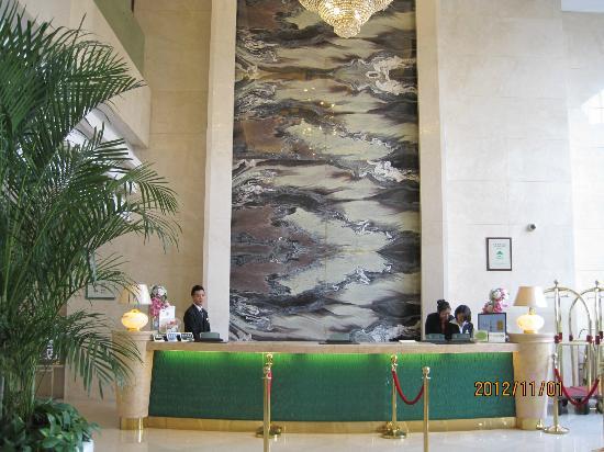 Ambassador Hotel: フロントです。壁がユニークです。
