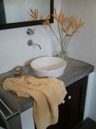 Nisalavila: stylish bathroom