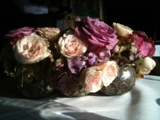 Deep Cove Chalet: Roses on the table