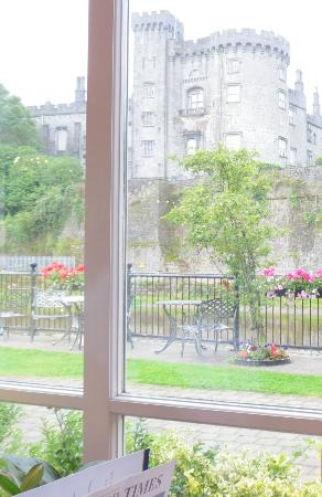 Kilkenny River Court Hotel: View of Kilkenny Castle from the dining room.