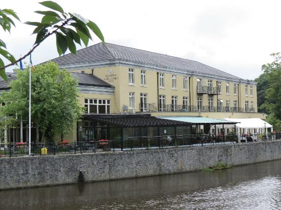 ‪كيلكيني ريفر كورت هوتل: Outside view of Kilkenny River Court Hotel.