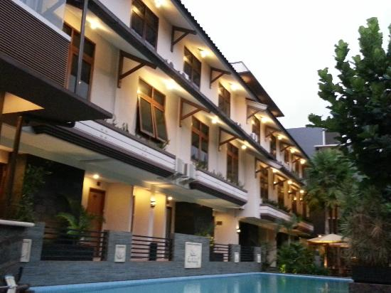 Gumilang Regency Hotel: Hotel view from swimming pool