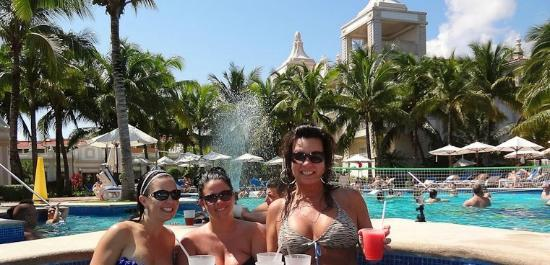 Hotel Riu Palace Riviera Maya: Enjoying the pool bar