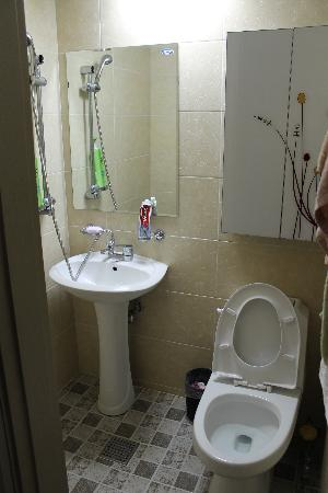 KW Pencil Hostel : Sparkling Clean Toilet&Bath with HotShower