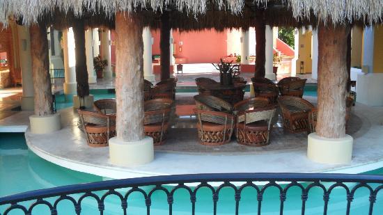 Iberostar Paraiso Lindo: sitting area outside lobby bar