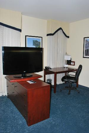 Residence Inn Cincinnati Downtown/The Phelps: Large LED TV