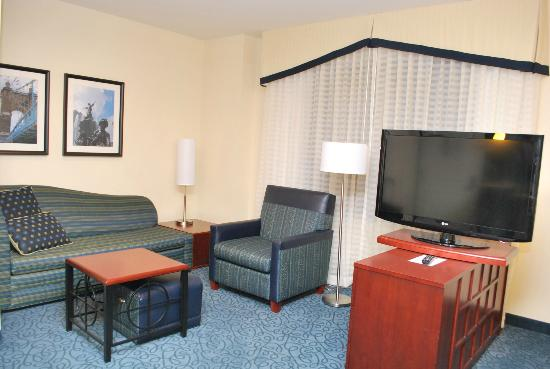 Residence Inn Cincinnati Downtown/The Phelps: Living room with mini-office