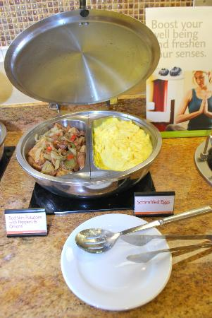Residence Inn Cincinnati Downtown/The Phelps: Buffet of eggs