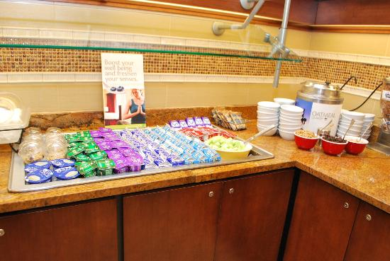 Residence Inn Cincinnati Downtown/The Phelps: Buffet of yogurt