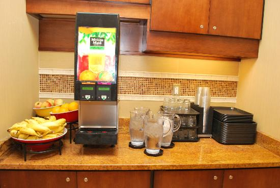 Residence Inn Cincinnati Downtown/The Phelps : Buffet of Drinks