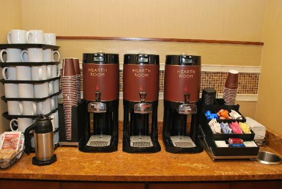 Residence Inn Cincinnati Downtown/The Phelps: Buffet of coffee