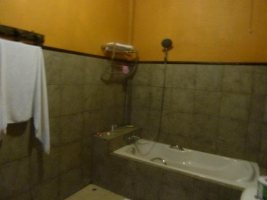 Villa Vang Vieng Riverside: big bathroom
