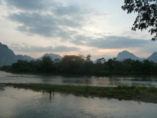 Villa Vang Vieng Riverside : stunning view from the pool