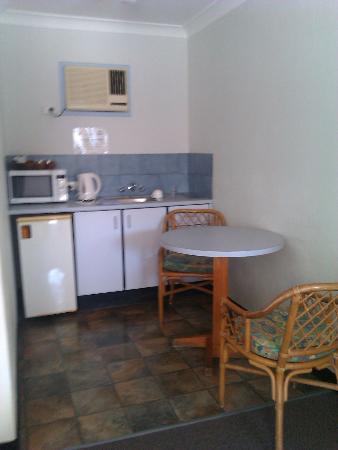 Beach Motel Woolgoolga: Beach Motel kitchenette